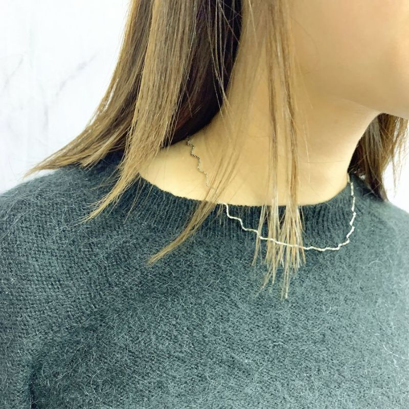 ウェーブチェーンショートネックレスの着用画像