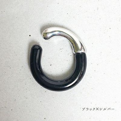 黒とシルバーのクリアイヤカフリング