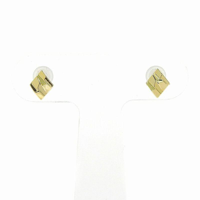 ダイヤ型のゴールドメタリックカラーのセラミックポストピアスです。