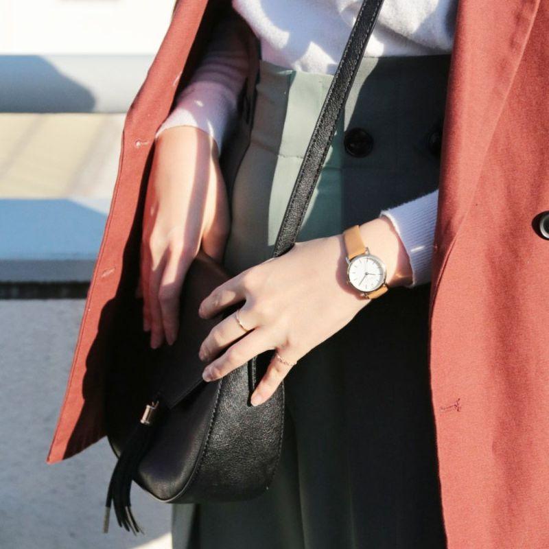 キャメルの本革ベルトウォッチの着用画像