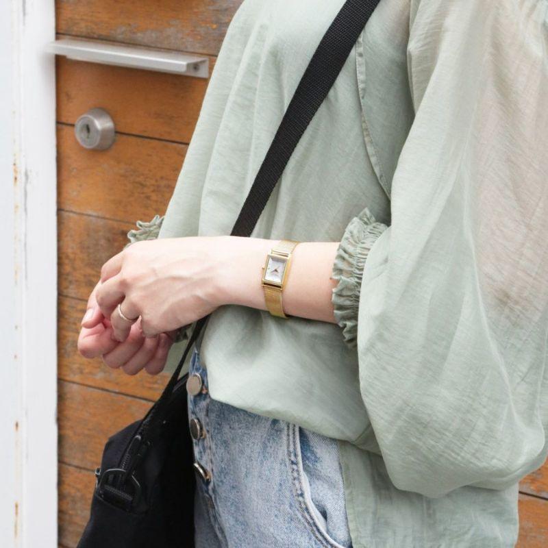 ゴールドのメッシュベルト角ケースウォッチの着用画像