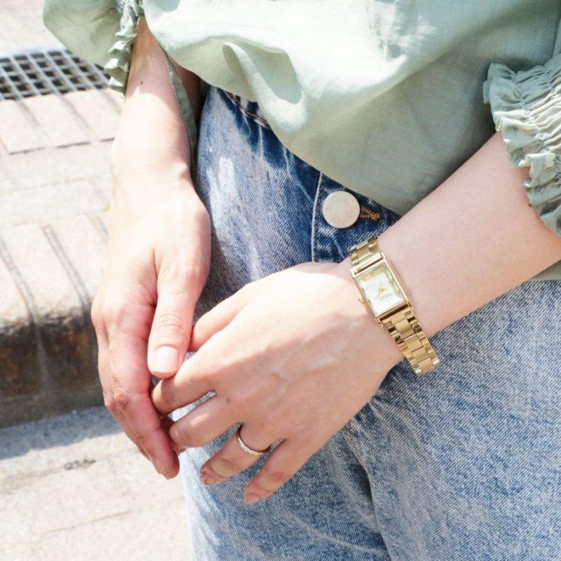 ゴールドの三つ折れベルト角ケースウォッチの着用画像