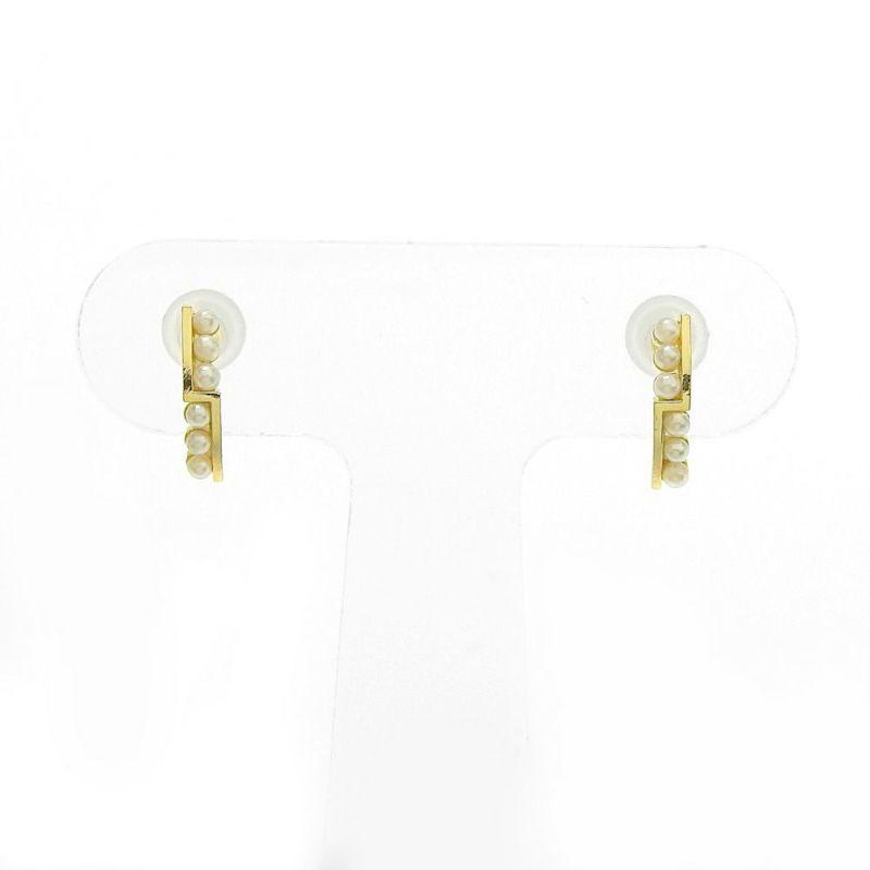 パールにゴールドカラーを組み合わせたセラミックポストピアスです。